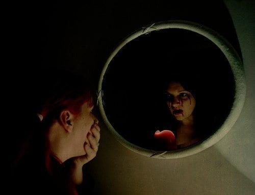 нельзя смотреть в зеркало ночью: